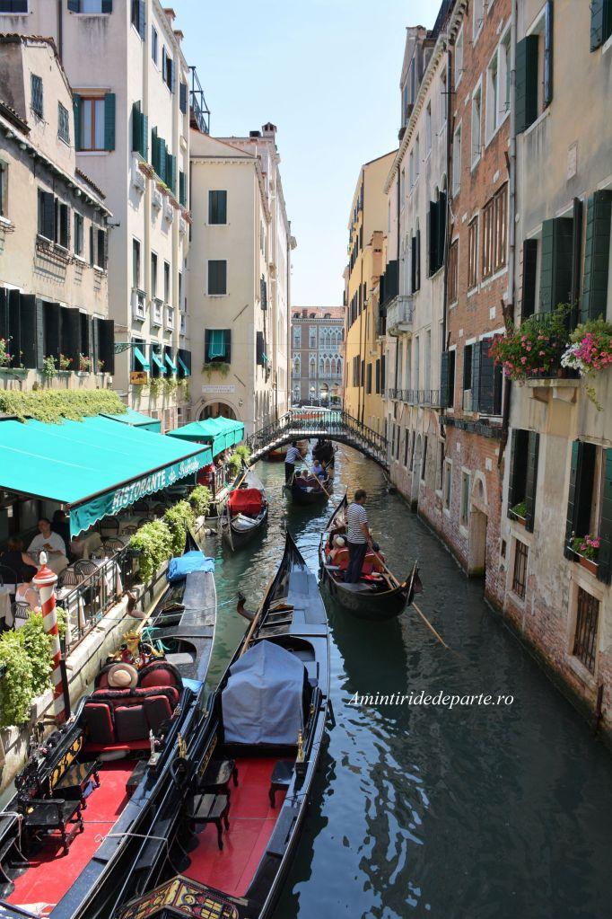 plimbare cu gondola pe canalele din Venetia